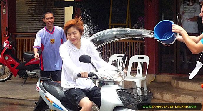 Le Festival Songkran à Chiang Mai - Moto