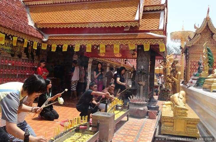 Thais pay respect