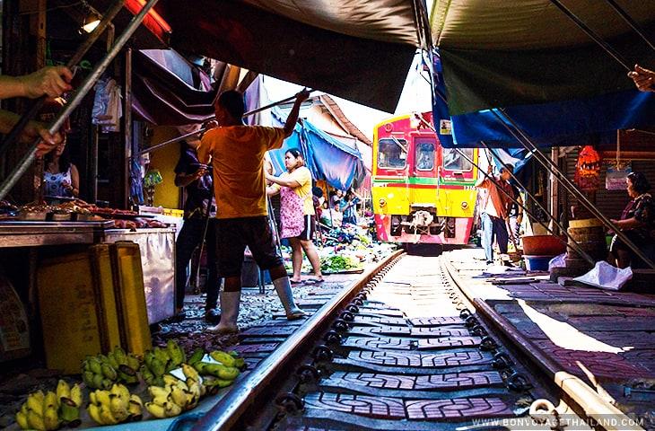Mae Klong Railway Market Closing Uumbrella